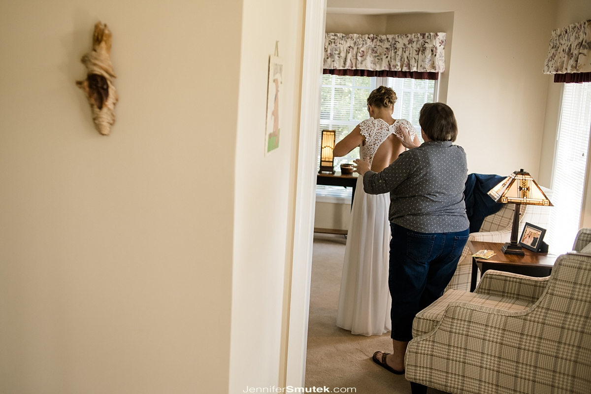mom helping bride get ready